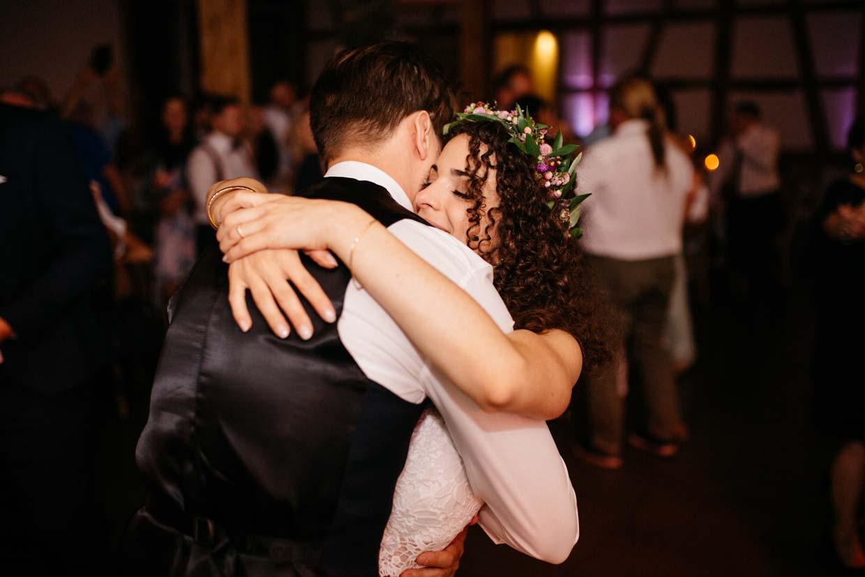 Brautpaar umarmt sich nach dem Eröffnungstanz