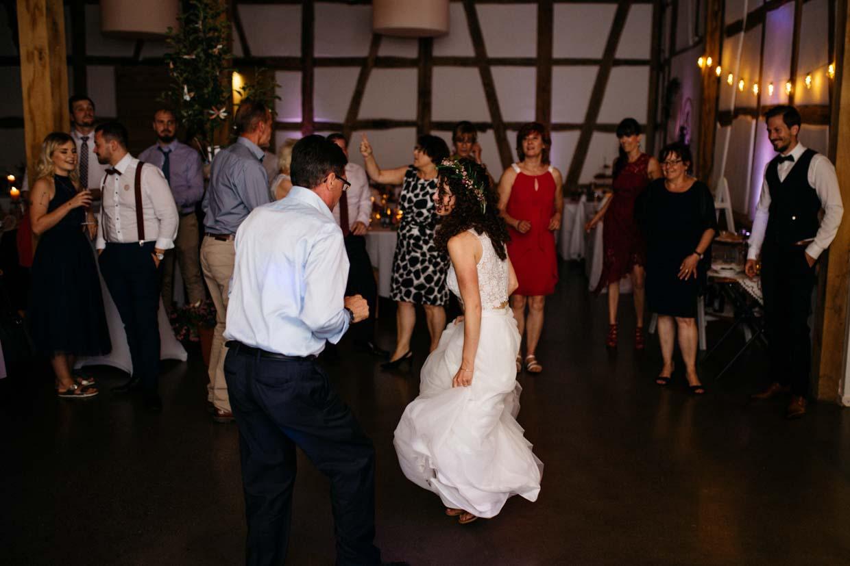Braut tanzt ausgelassen mit einem Hochzeitsgast