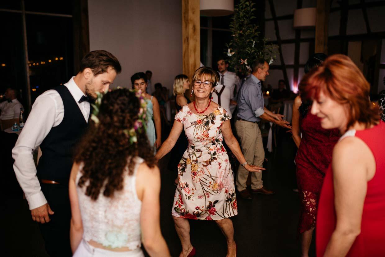 Brautpaar und Hochzeitsgäste beim Tanzen