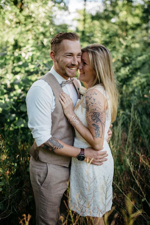 Brautpaar lacht gemeinsam