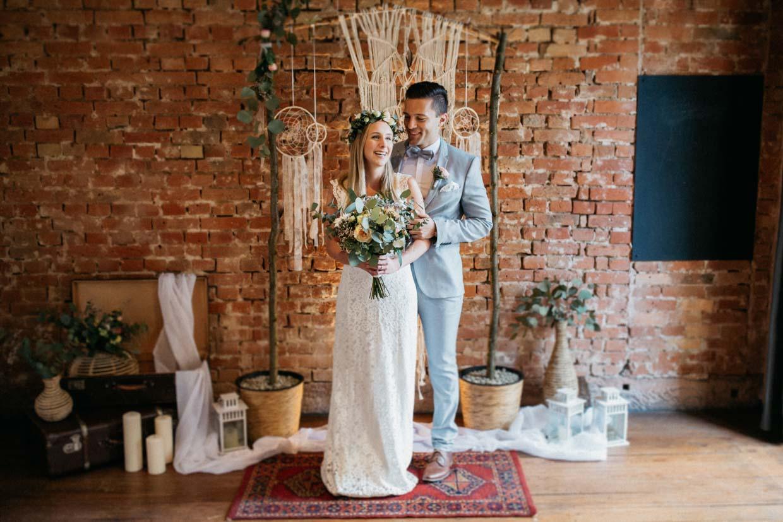 Hochzeitspaar vor Vintagedekoration