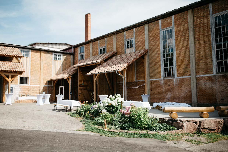 Fabrikgebäude von außen mit Hochzeitsdekoration
