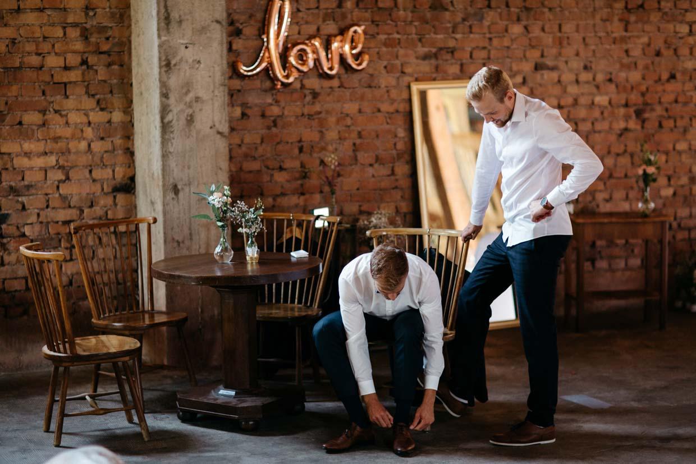 Bräutigam zieht seine Schuhe an