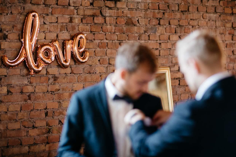Detailaufnahme eines Love-Schriftzuges