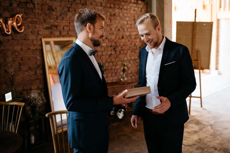 Bräutigam überreicht dem Trauzeugen ein Geschenk