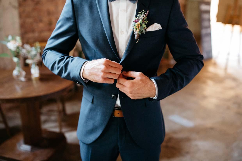 Bräutigam macht sein Sakko zu