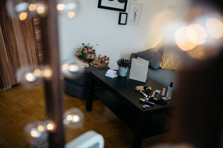 Details beim Getting Ready der Braut durch den Spiegel fotografiert