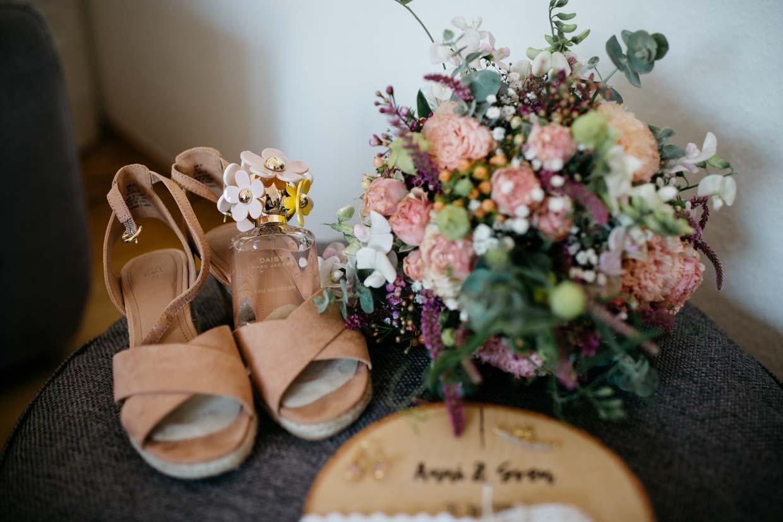 Detailaufnahme Brautstrauß, Brautschuhe und Parfüm