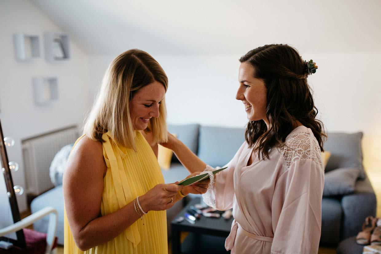 Braut überreicht der Trauzeugin ein Geschenk