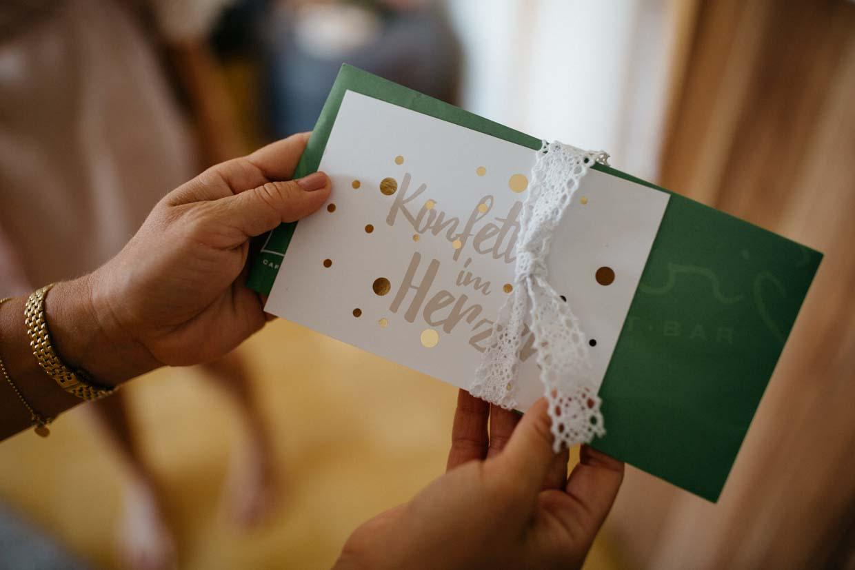 Detailaufnahme eines Umschlages auf dem Konfetti im Herzen steht