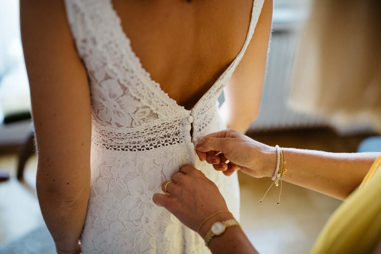 Brautkleid wird von hinten zugemacht