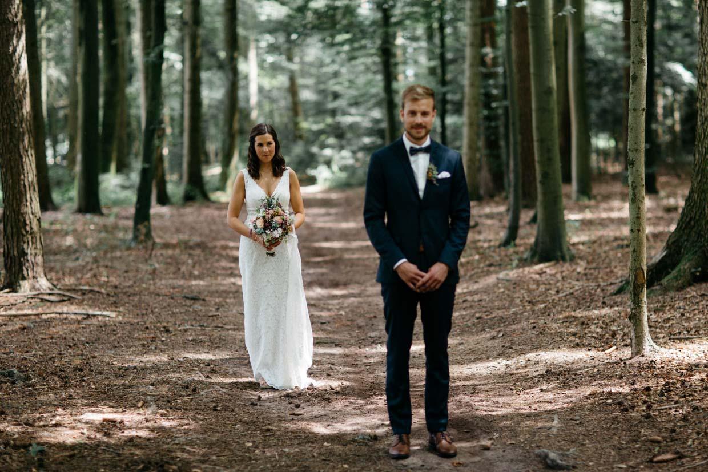 Braut kommt von hinten auf den Bräutigam zu