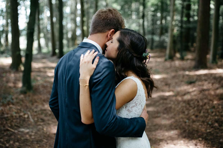 Brautpaar umarmt sich und legt die Köpfe aneinander