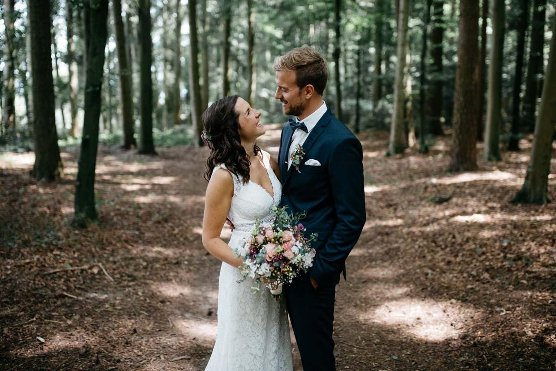 Brautpaar schaut sich an und lächelt dabei