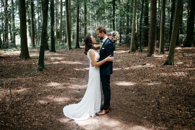 Brautpaar steht sich gegenüber und umarmt sich