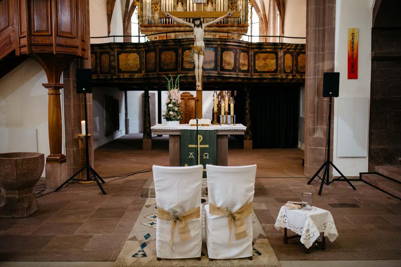 Altarbereich mit Hochzeitsdekoration