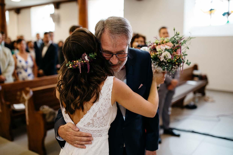 Brautvater umarmt die Braut