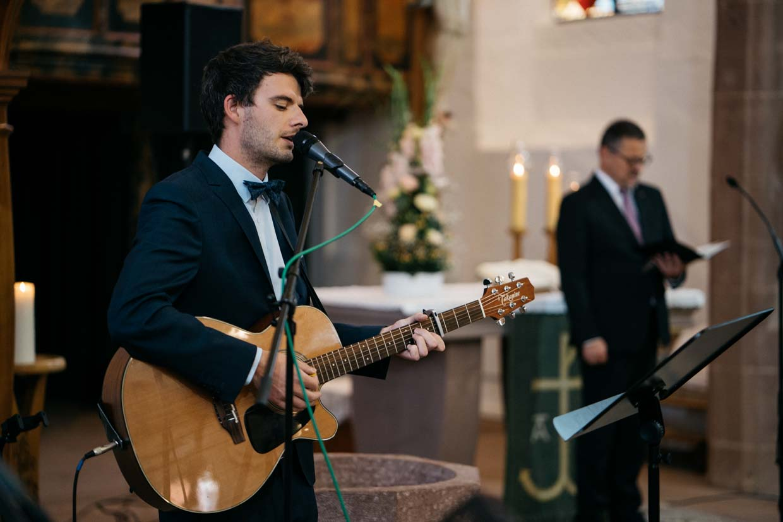 Musiker spielt Gitarre in der Kirche