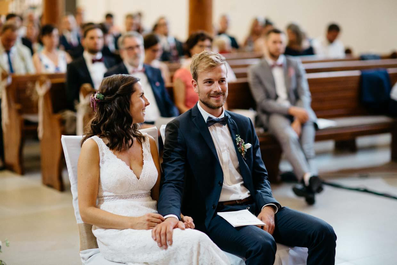 Brautpaar lacht während der kirchlichen Trauung