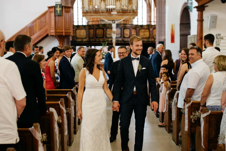 Brautpaar glücklich beim Auszug aus der Kirche