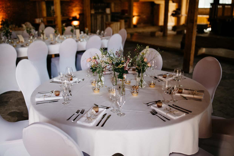 Runder Tisch mit Hochzeitdekoration