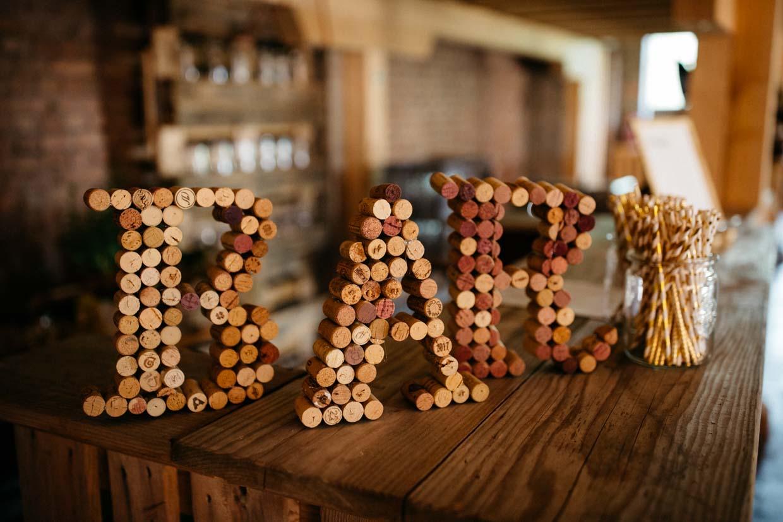 Buchstaben aus Kork mit dem Wort Bar