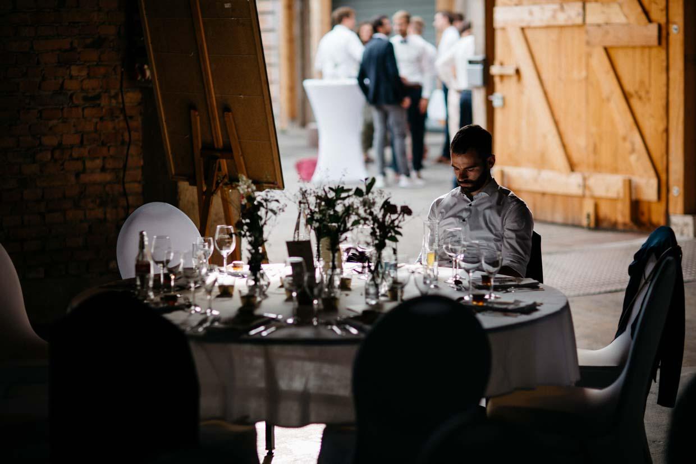 Einzelner Gast sitzt am runden Tisch