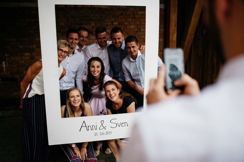 Gruppenbild vor einem großen Papierrahmen