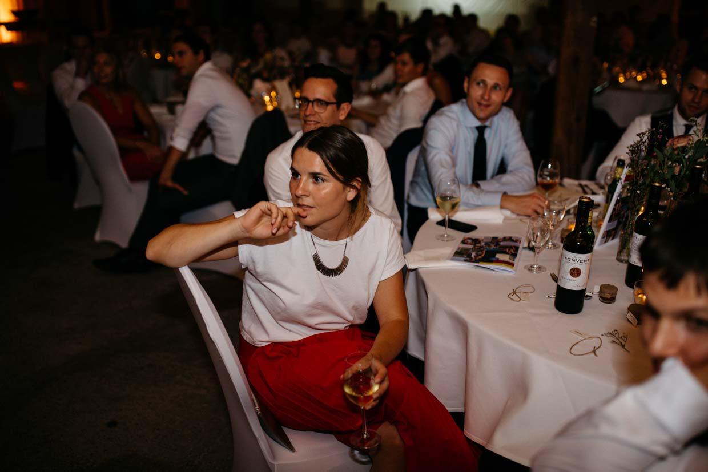 Hochzeitsgäste sitzen am Tisch und schauen gespannt