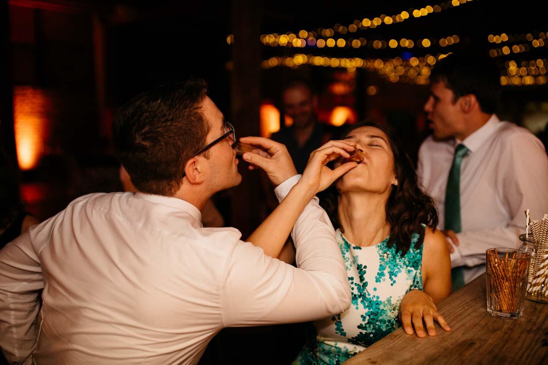 Hochzeitsgäste trinken eine Schnaps