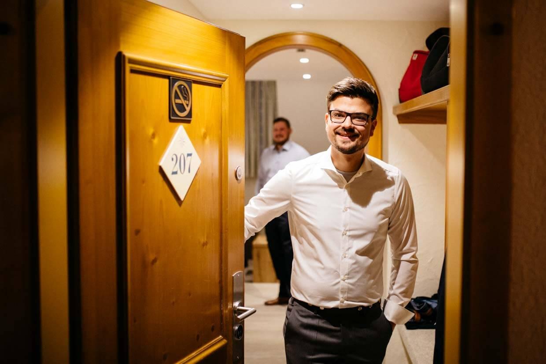 Bräutigam öffnet Hotelzimmertür