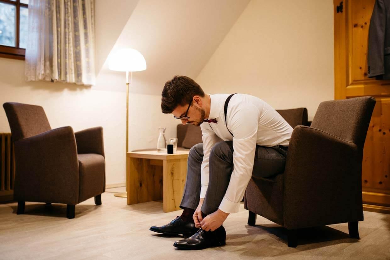 Bräutigam bindet Schuhe