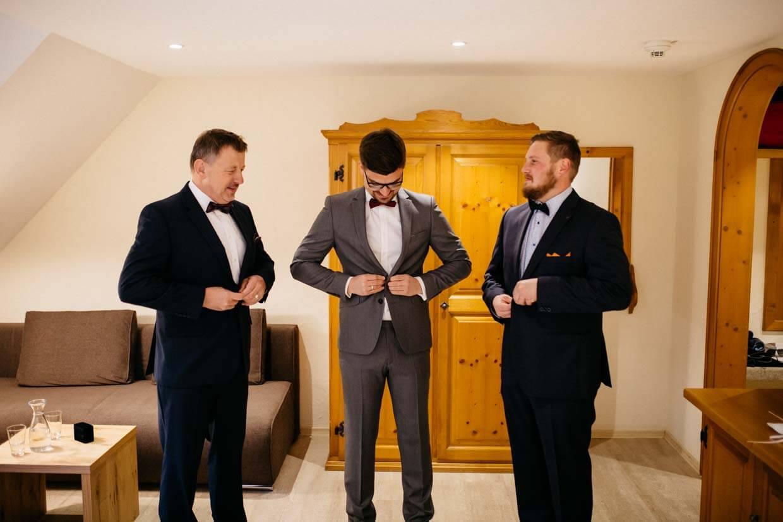Bräutigam, Trauzeuge und Bräutigamsvater ziehen ihre Sakkos an