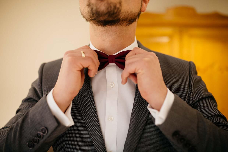 Bräutigam zupft seine Fliege zurecht