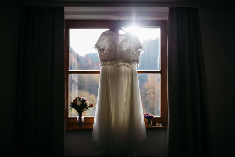 Brautkleid vor dem Fenster mit Gegenlicht