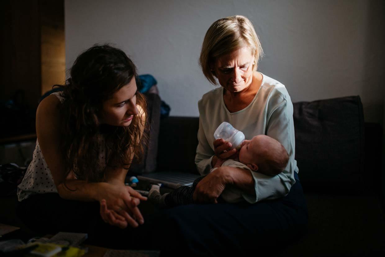 Kleinkind wird von Oma und Trauzeugin gefüttert