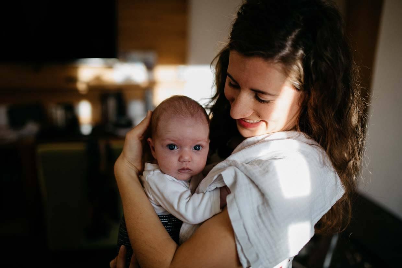 Trauzeugin hält Kind auf dem Arm