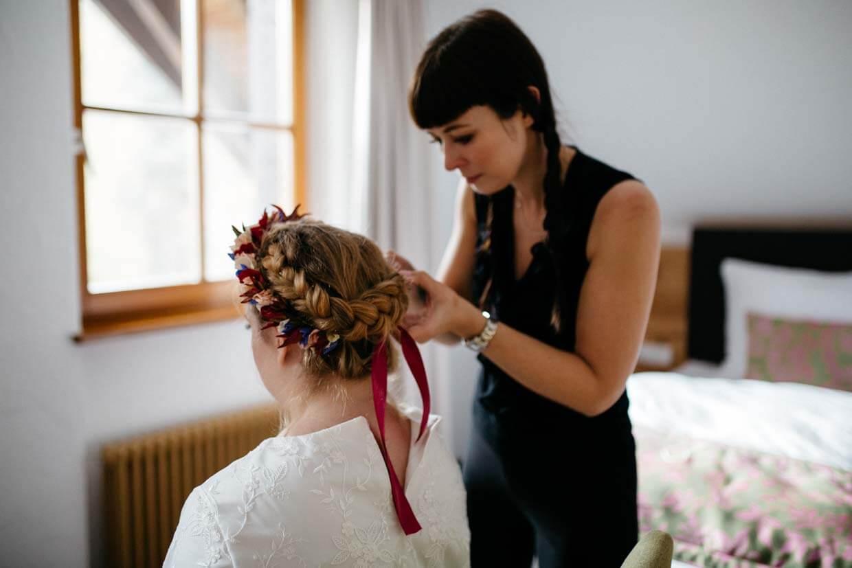 Braut wird der Blumenkranz angelegt