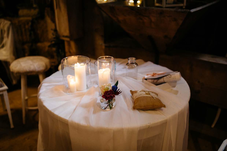 Tisch mit Windlichter und Ringkissen