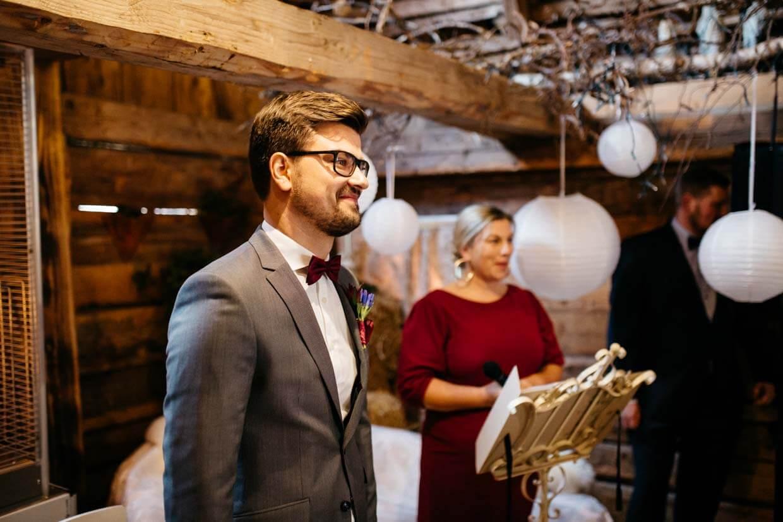 Bräutigam sieht Braut beim Einzug und freut sich