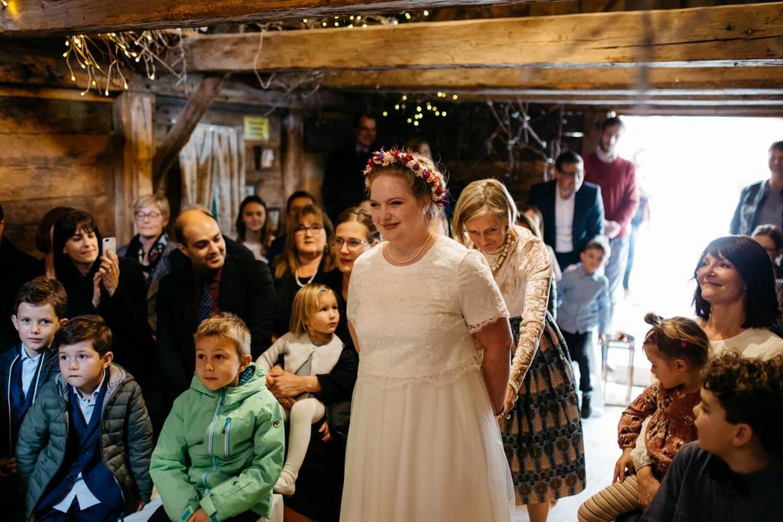 Braut zieht mit Brautmutter zur Trauung ein