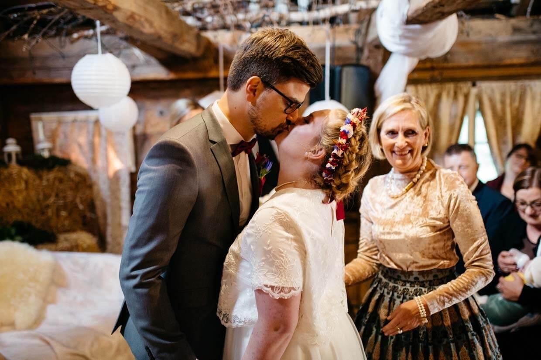Brautpaar küsst sich zu Beginn der Trauung