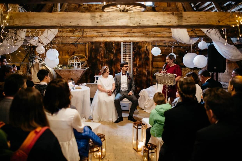 Brautpaar während der Trauung in der Scheune