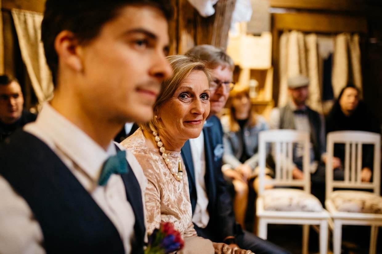 Brautmutter lächelt stolz während der Trauung