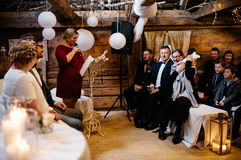 Hochzeitsgäste lachen während der Trauung