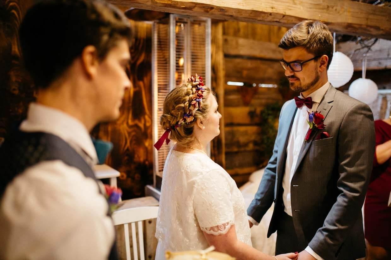 Brautpaar Hand in Hand kurz vor dem Ja-Wort