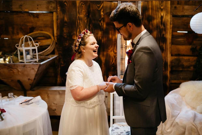 Braut lacht beim Ringtausch