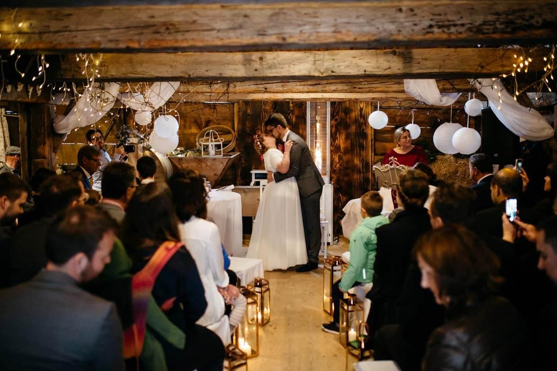 Brautpaar küsst sich nach Ringtausch