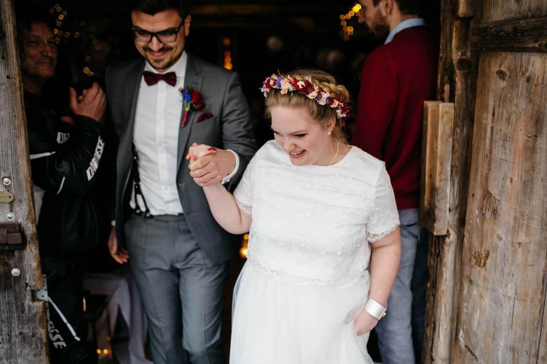 Brautpaar beim Auszug aus der Scheune