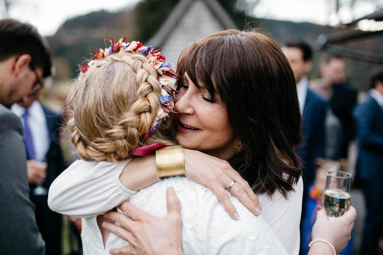 Hochzeitsgast umarmt die Braut